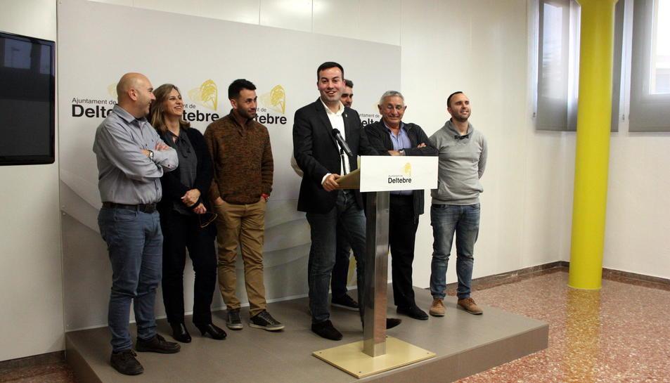 Pla general de l'equip de govern municipal de Deltebre en roda de premsa. Imatge del 4 d'abril de 2016
