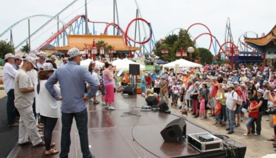 El Port Aventura porta a terme iniciatives solidàries, com per exemple 'Somriu a la infància' o 'Posa't la gorra'.