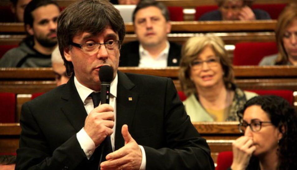 El president de la Generalitat, Carles Puigdemont, responent una pregunta a la sessió de control del ple del Parlament.