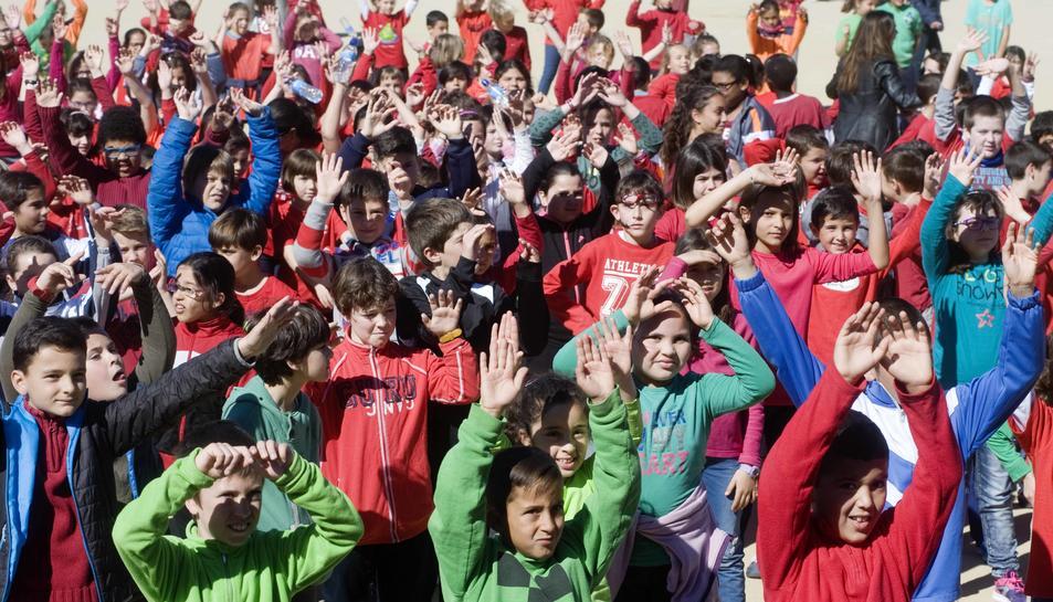 Desenes de nens camrbilencs celebren el Día Mundial de l'Activitat Física
