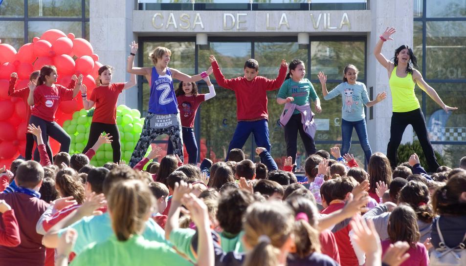Els infants de Cambrils ballen per celebrar el Dia Mundial de l'Activitat Física