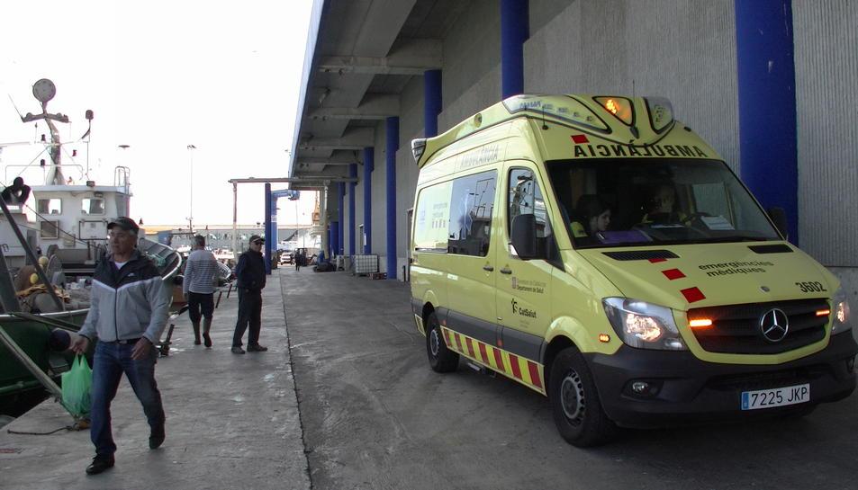Una ambulància medicalitzada s'ha traslladat a la Confraria de Pescadors per atendre al ferit.