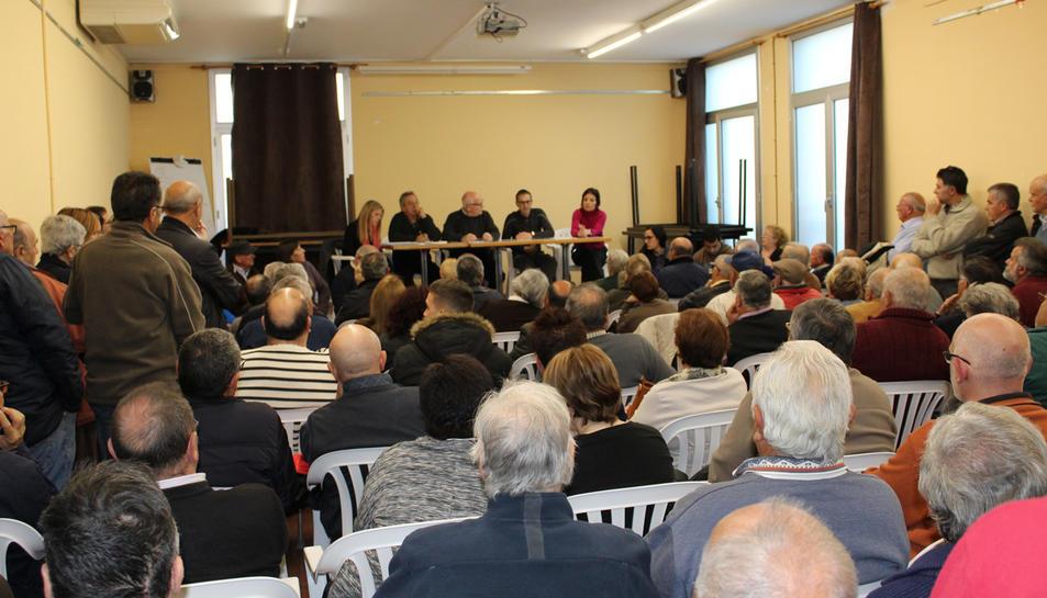 Els veïns de Sant Jaume dels Domenys a la reunió d'ahir divendres