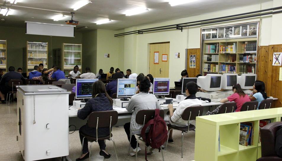 Alumnes de secundària a la biblioteca de l'institut.