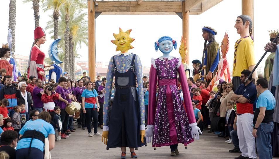 Els dos gegantons nous de les Dominiques preparats per ball de lluïment al Serrallo.