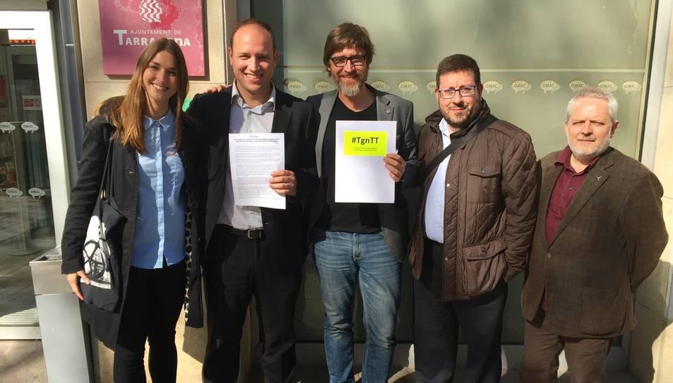 Membres de #TgnTT entren al registre una moció en contra dels abocadors il·legals