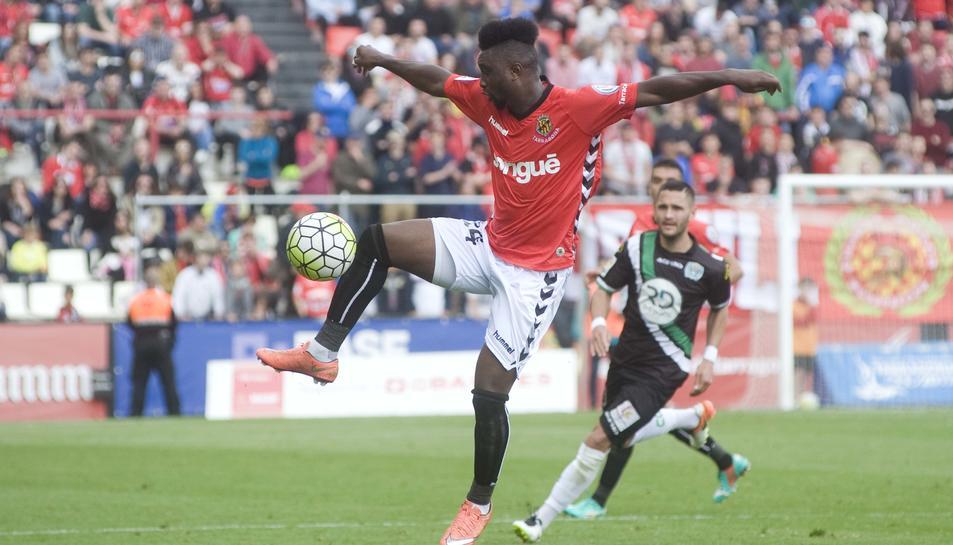 Lévy Madinda apunta a la titularitat aquest diumenge contra l'Oviedo.