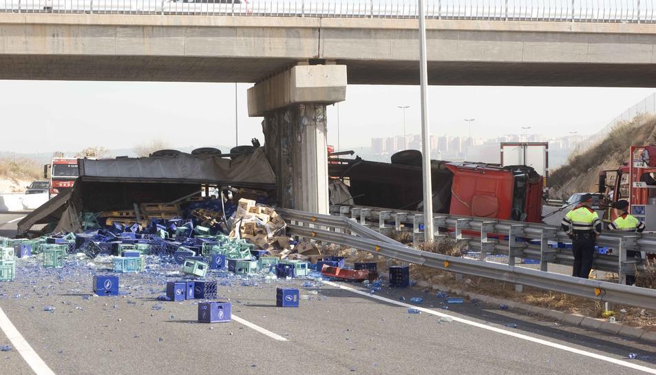 Imatge del passat desembre, quan un camió que transportava ampolles d'aigua va bolcar.