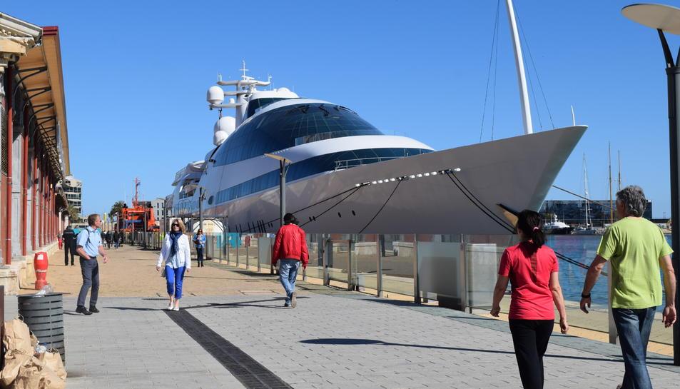 El vaixell, propietat d'un xeic àrab, ha captat la mirada de tots aquells que passaven pel Moll de Costa.