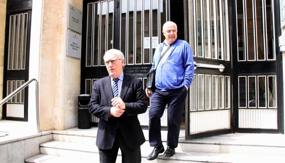Pla obert de l'alcalde de Vila-seca, Josep Poblet, sortint de declarar dels jutjats de Tarragona acompanyat del regidor Xavier Farriol. Imatge del 15 d'abril del 2016
