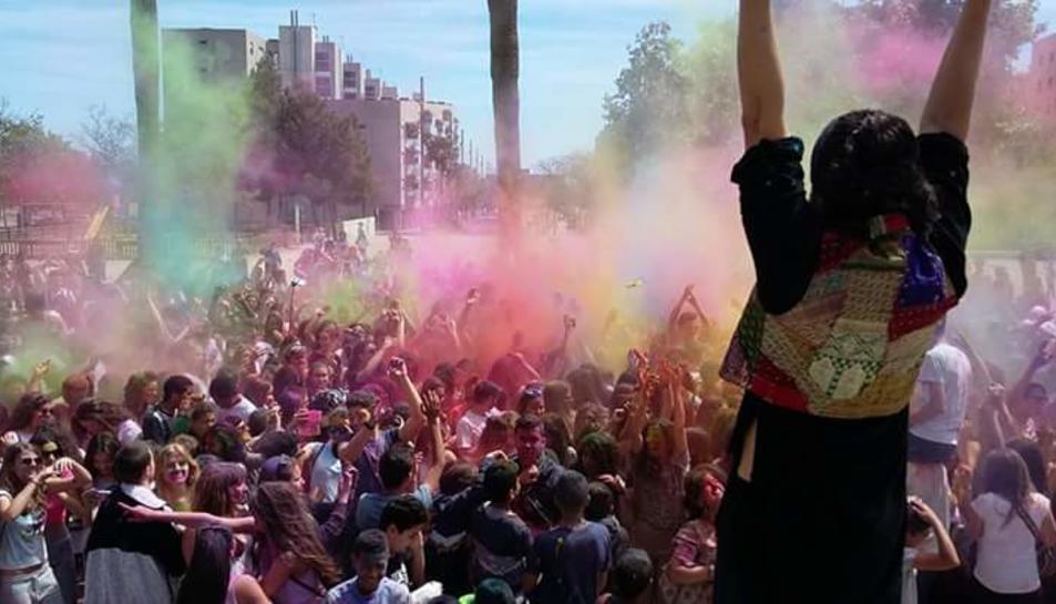 Explosió de colors durant el Holi de Reus.