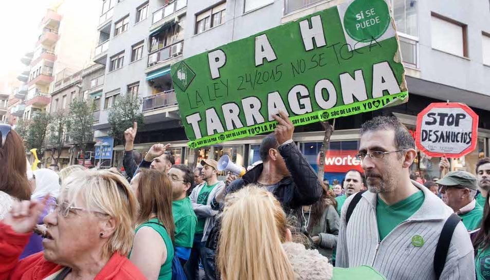 Més de 150 persones es manifesten davant de la seu tarragonina del PP per defensar la llei de l'habitatge digne. El govern de Mariano Rajoy vol declarar la llei catalana inconstitucional.