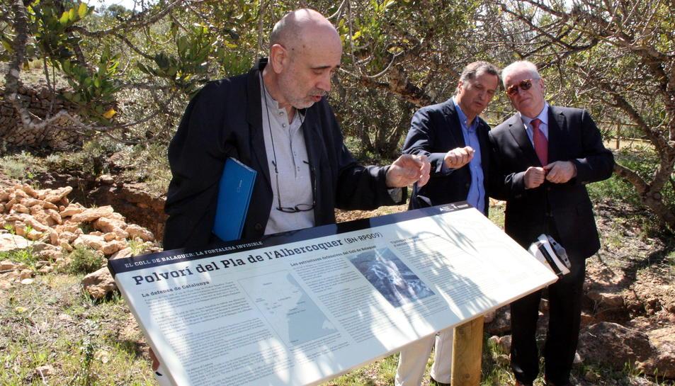Pla obert de Jordi Padró, de l'empresa Stoa, darrere d'uns dels cartells informatius del polvorí de Letícia, amb l'alcalde de Vandellòs, Alfons Garcia, i el president del CAT, Antoni Huber, al fons. Imatge del 18 d'abril del 2016