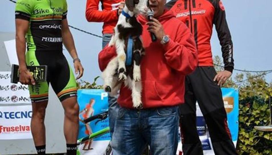 La cursa de BTT de Tivissa 'A per la cabra' canvia el premi d'una cabra per una escultura