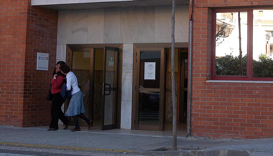 Denuncien que al CAP la Granja no van atendre d'urgència una dona sense targeta sanitària