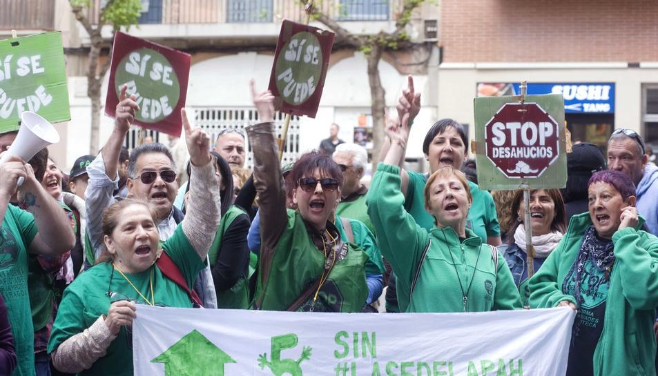 Més de 150 persones es manifesten a la seu tarragonina del PP per defensar la llei de l'habitatge digne