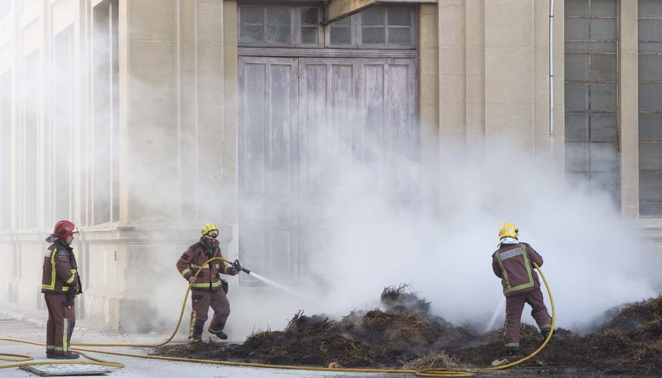 Incendi de brossa al pati interior de l'antiga Tabacalera