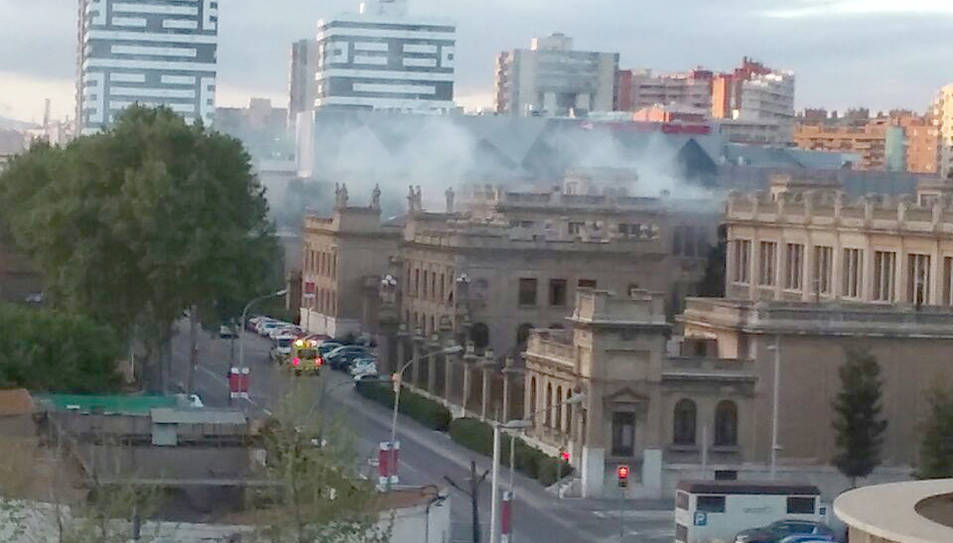 Incendi de brossa acumulada al pati interior de l'antiga Tabacalera