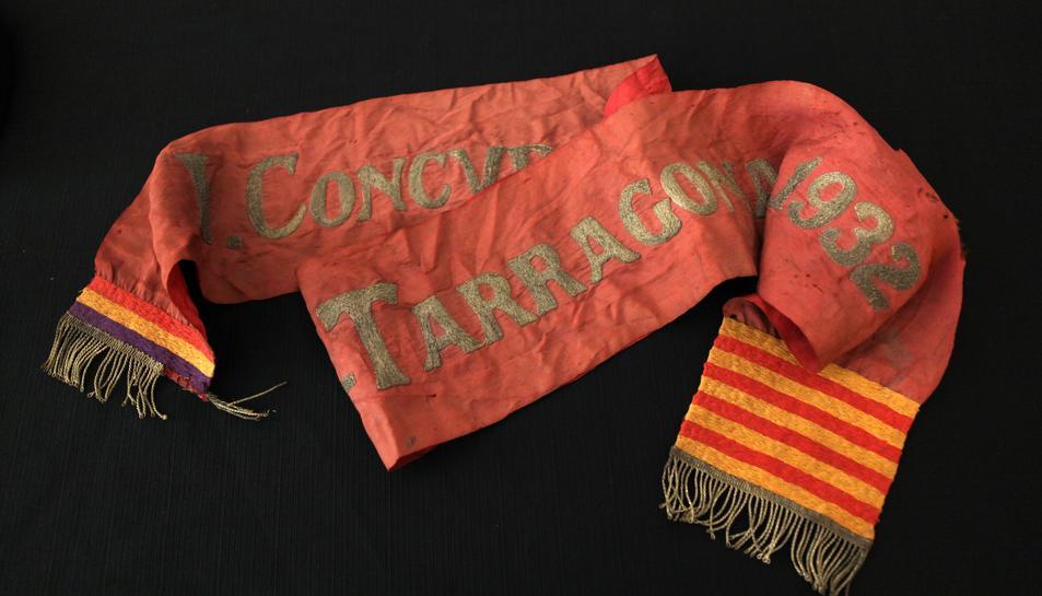 La faixa d'honor de 1932, que es va atorgar a la Colla Vella dels Xiquets de Valls, guanyadora de la primera edició del concurs (horitzontal).