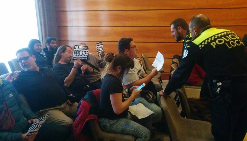La protesta d'activistes antifeixistes obliga a aturar el ple del Vendrell