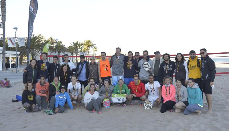 L'Open Solidari de Tennis Platja aconsegueix 100€ per Càritas i recaudar més de 200 unitats d'aliments