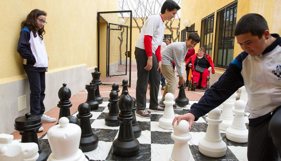 Circo, manualidades, ajedrez y rosas para trasladarse a otra época