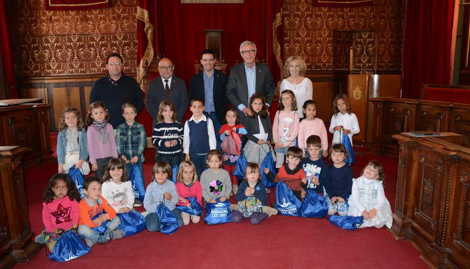 Alumnes del Col·legi Sant Pau canten a l'ajuntament de Tarragona