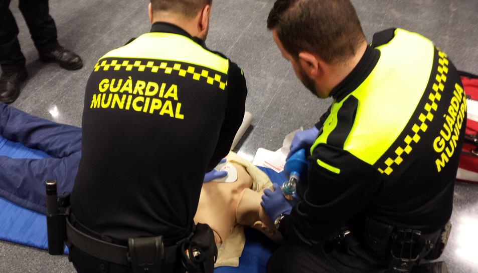 La Guàrdia Municipal salva la vida d'un vei que patia una parada cardiorespiratòria