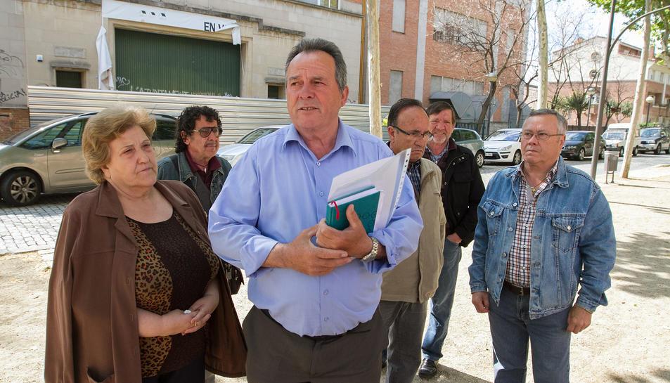Alfonso Berbel i membres de la Plataforma Salvem la Sedera, davant l'immoble de l'antiga fàbrica.