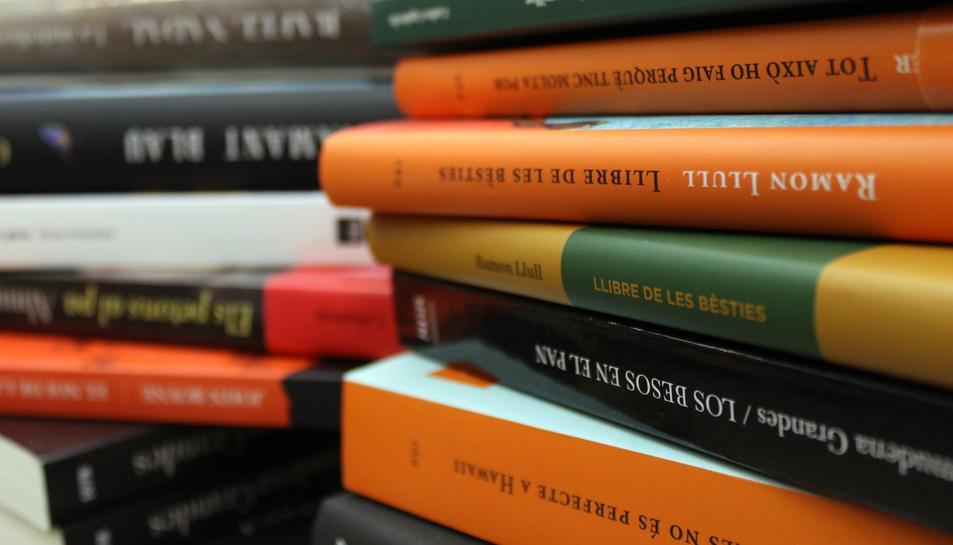 Lloms de llibres com el darrer d'Empar Moliner, Carles Capdevila o algunes de les edicions commemoratives amb motiu del 700 aniversari de la mort de Ramon Llull exposats en una llibreria el 21 d'abril de 2016 (horitzontal).