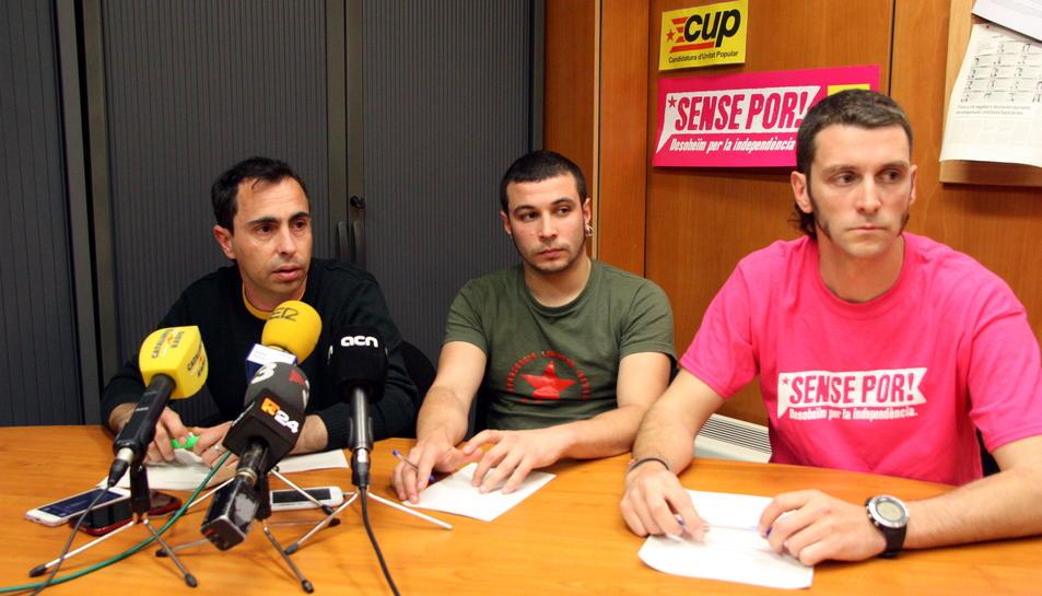 Pla general dels regidors de la CUP de Reus David Vidal, Edgar Fernández i Oriol Ciurana, en roda de premsa el 21 d'abril del 2016
