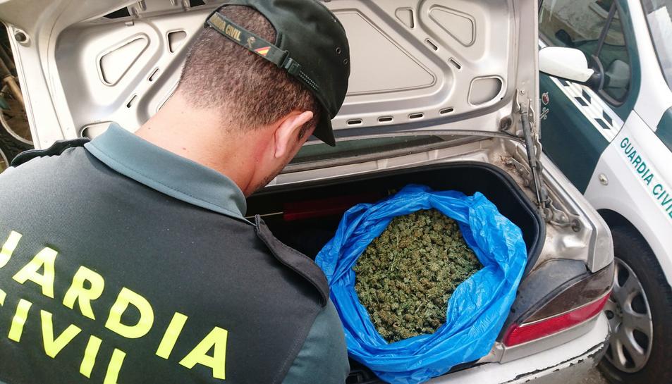 Detingut un jove al Pla de Santa Maria amb cinc quilos de marihuana al maleter