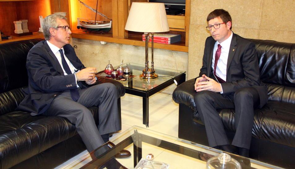 Pla general de l'alcalde de Tarragona, Josep Fèlix Ballesteros, i del conseller de Justícia, Carles Mundó, asseguts durant una reunió al despatx d'alcaldia. Imatge del 22 d'abril del 2016