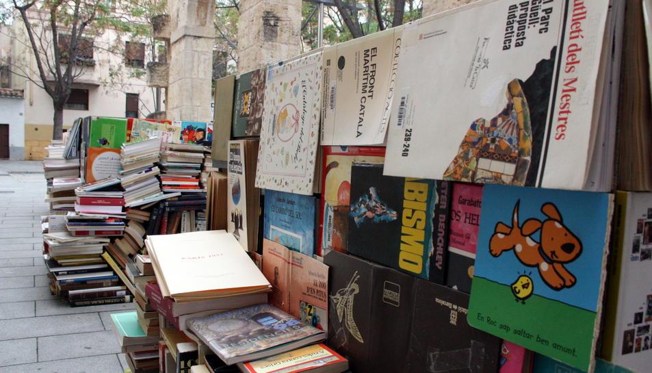 Una de les piles de les llibres que conformen l'escultura instal·lada a les Peixateries Velles de Vila-seca.