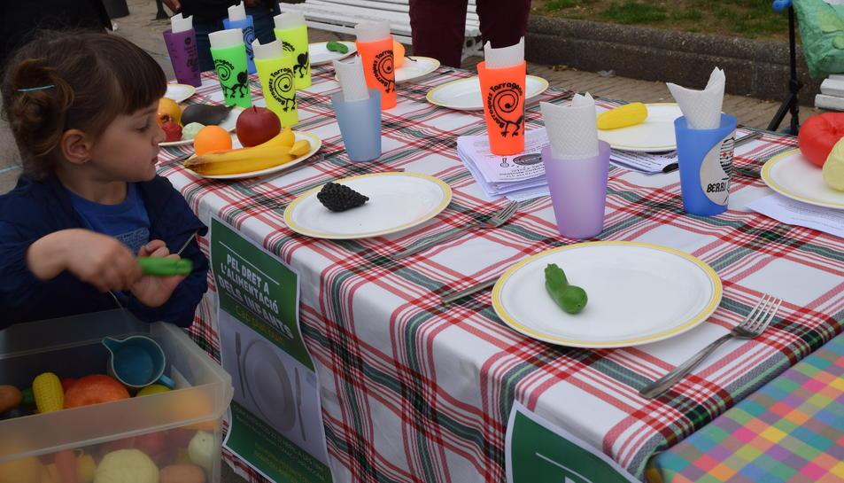 Reivindicació de les beques menjador i els casals d'estiu a 'Cap Plat Buit'