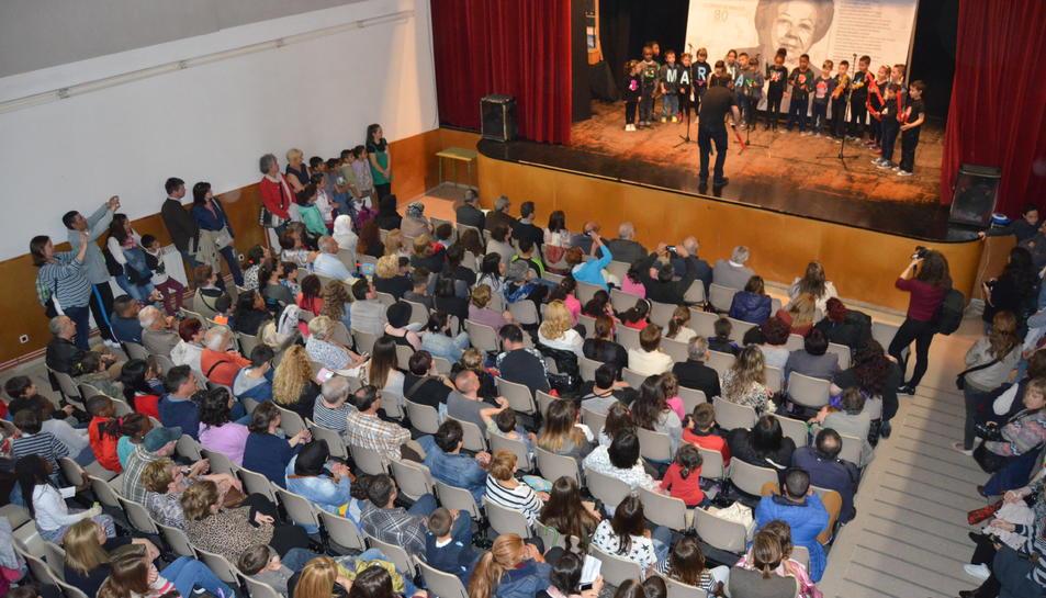 L'auditori del Centre Cívic de Torreforta s'ha omplert de gom a gom per assistir a l'homenatge de l'escriptora tarragonina.