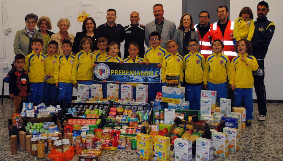 El Club Futbol de Vila-seca lliura aliments al Banc d'Aliments del municipi
