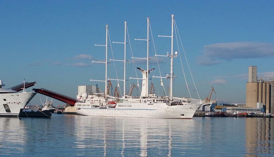 El creuer 'Wind Star', al Port de Tarragona durant la diada de Sant Jordi