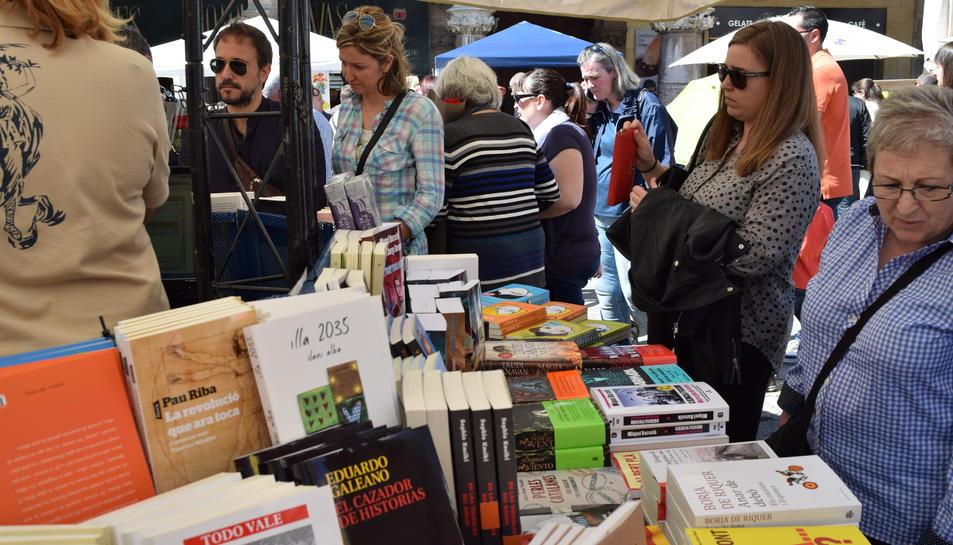 Olor de roses i llibres a la plaça del Mercadal