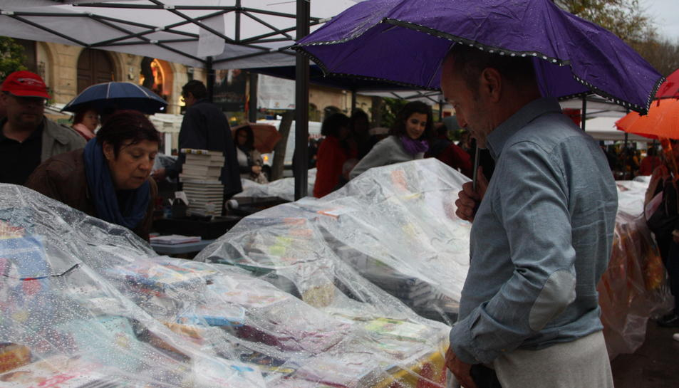 Un final humit posa punt i final a la diada de Sant Jordi