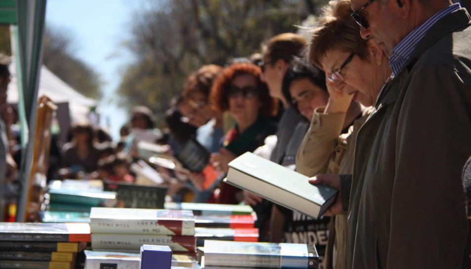 La Rambla Nova, plena de gom a gom per Sant Jordi