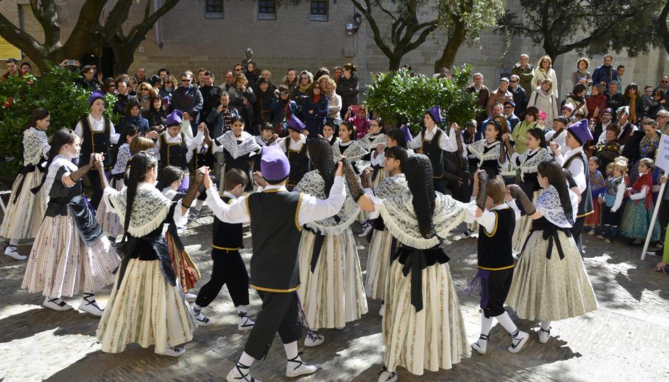 Nens i nenes a la trobada d'Osca de danses tradicionals.