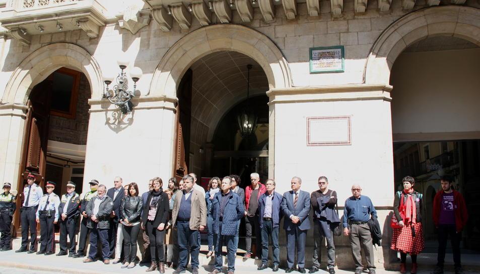 Pla obert del minut de silenci per condemnar la mort d'una dona, davant de l'Ajuntament de Valls amb representants del consistori en primer terme, aquest 25 d'abril de 2016