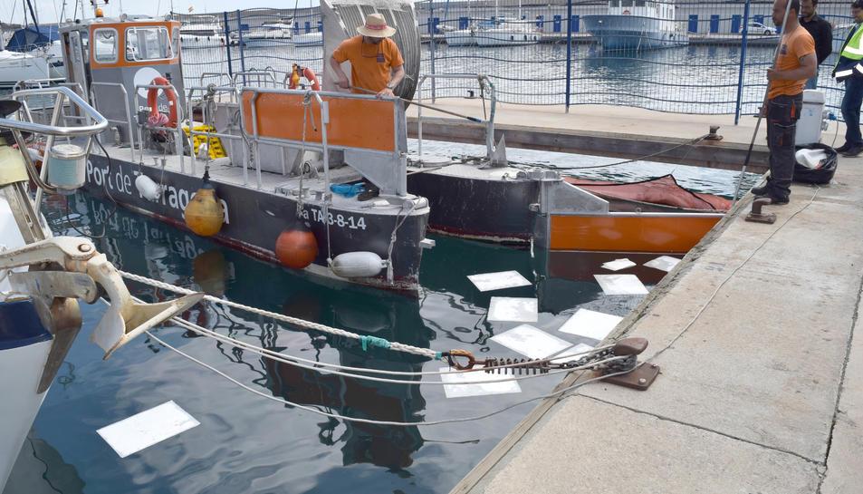 Fuita d'oli i combustible d'una embarcació al port esportiu de Tarragona
