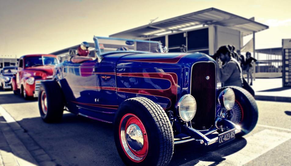 Motos i cotxes d'estètica rockabilly, al 'Riverside' de Calafell