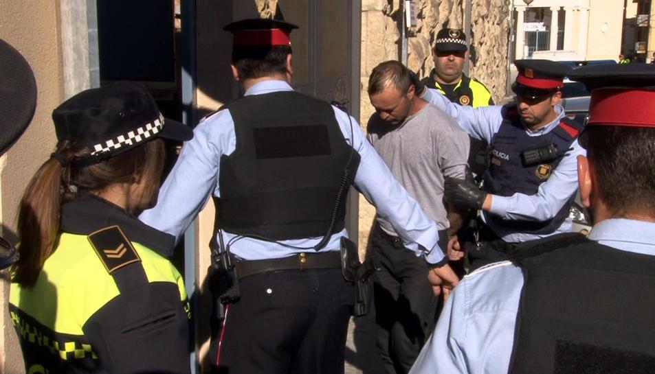 Entrada del detingut per la mort d'una prostituta de 47 anys a Valls, emmanillat, a cara descoberta i el cap acotxat, rodejat d'agents policials, als jutjats de Valls a dos quarts de deu del matí del 26 d'abril de 2016