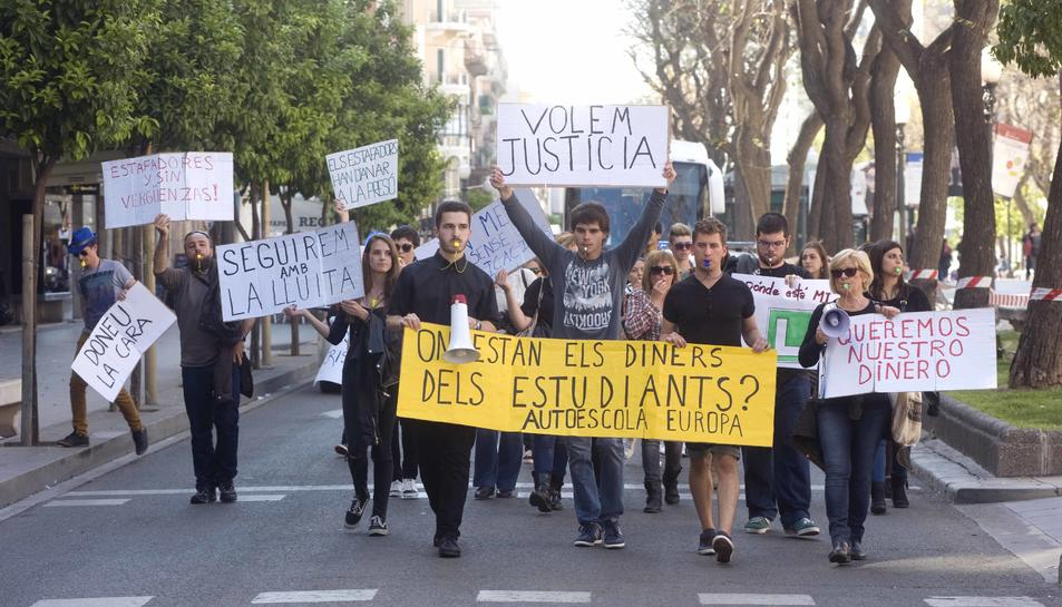 Pancartes amb frases com «Doneu la cara» o «Seguirem amb la lluita» han protagonitzat la manifestació.