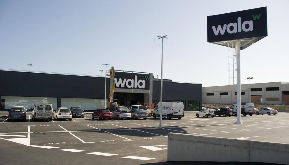 La botiga d'esports Wala, situada a la N-340.