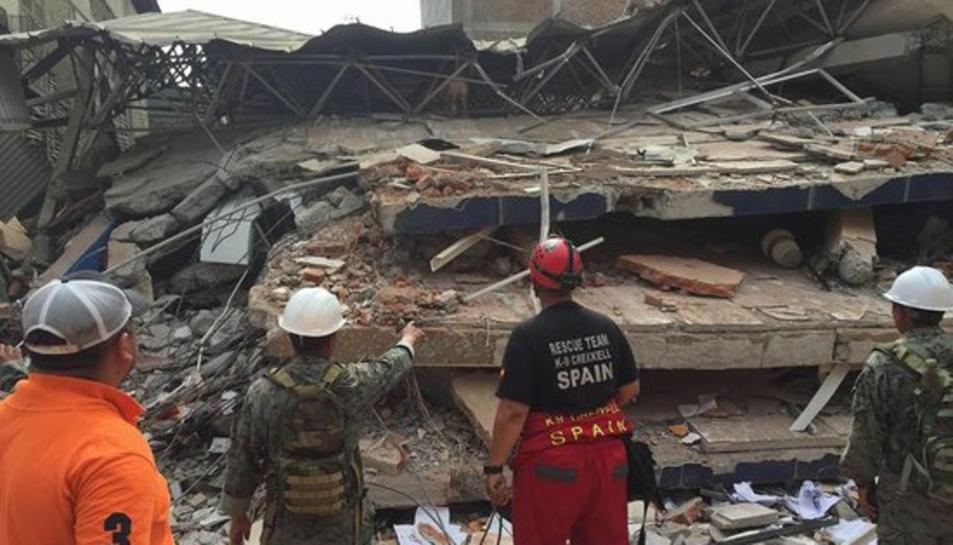 Imatge de la unitat de rescat canina K-9 de Creixell actuant a l'Equador en un edifici ensorrat pel terratrèmol que va sacsejar el país el 17 d'abril de 2016