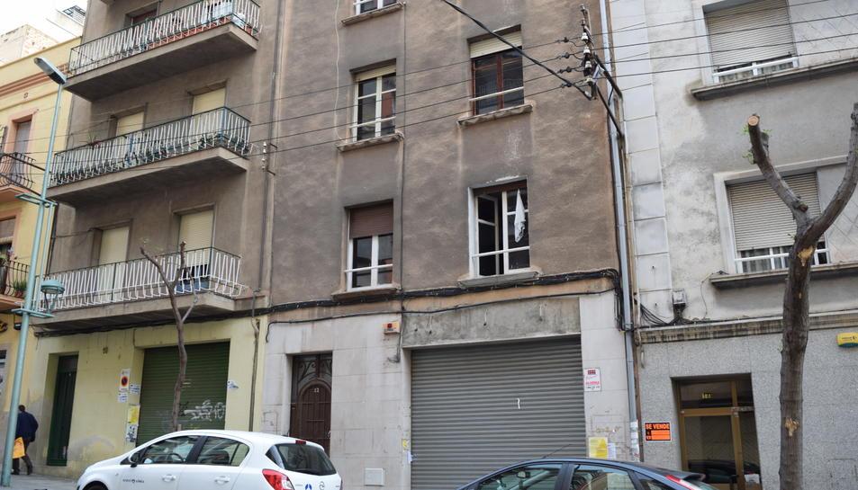 L'edifici està situat al carrer Mallorca.